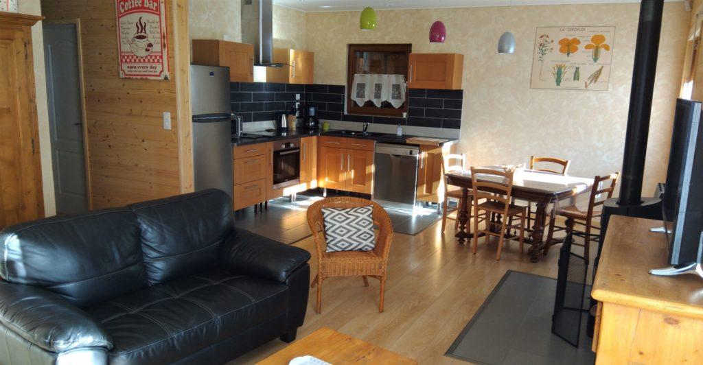 Photo du salon avec vue sur la cuisine et le canapé